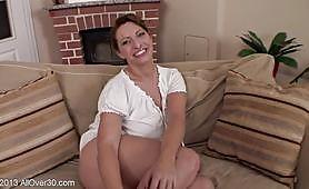Rripa të bukura lavire MILF para kamerës në një hedhje pornografike. Kurvë prek pidhin e saj të lagur dhe të rruar. Ajo masturbon intensivisht dhe thith gjinj të saj gjatë intervistës.