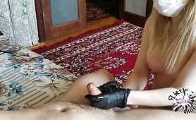 Blond ździra w masce klęka przed swoim partnerem i sprawia, że bardzo lubi się bawić gorącą ręczną robotą i masażem piłką. Dziwka wie, jak najlepiej robić ręczną robotę, a na końcu spuszcza się na jej ręce.