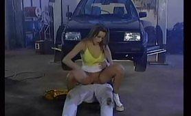 Eine blonde Hure kam zum Mechanikerladen, um ihr Auto zu reparieren, aber sie fickte in der Doppelpenetrationsposition. Die Schlampe kann der Versuchung nicht widerstehen, die großen Schwänze zu lutschen und sie sowohl riesig als auch hart in ihre heißen Löcher zu nehmen.