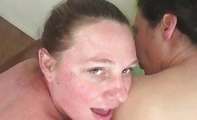 Un cuplu de lesbiene grase se saruta senzual si se masturbeaza pana cand sunt penetrati de o pula grasa si ii impart sperma fierbinte si lipicioasa. Sex in trei porno!
