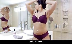 Sheena Ryder so svojimi veľkými prsiami chce mať iné narodeniny, dráždi svojho nevlastného syna, fajčí ho a nechá ho ejakulovať na jej kundičke - 69 pozícií sex