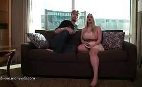 Codi Vore a jej brat robia rýchle hardcore kurva na niekoľkých pozíciách, vďaka čomu jej veľké prsia skákajú veľa, zatiaľ čo ich matka je vonku - skutočné amatérske pornografické incesty