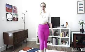 Codi Vore, primul exercițiu de yoga, se transformă într-un show-off al sânilor ei uriași care se leagănă la fiecare exercițiu și o apropiere a vaginului ei suculent.