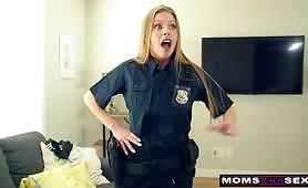 POV z policjantką Britney Amber uczy swojego syna, jak przestać walić konia, robiąc mu ręczną robotę, loda i fajne ostre rżnięcie