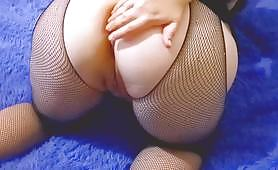 Horny mature slut dressed in glittery stockings makes a POV of her bubble ass pointing to the camera and her chubby hands fingering her shaved pussy.