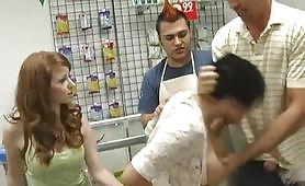 Latina në telashe hyn në dyqan, një djalë ofron të paguajë borxhin e saj, ajo nuk e respekton atë dhe tani ajo duhet të paguajë me seks anal