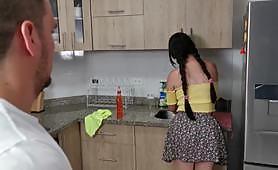 Гореща брюнетка с голямо дупе и големи цици се чука трудно от човек в кухнята. Докато се чукали, друга дама ги гледа и мастурбира.