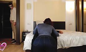 Мъжът шпионира приятелката си, докато тя има оргазъм в кучешки стил с друг мъж в спалнята си. Руски любителски порно видео!