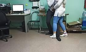 Тестването на проби от сперматозоиди за тестове на ковид е неуспешно и тийнейджърката сестра трябва да помогне на пациента с духане и вкусни цици