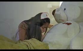 El video involucra a una joven con un disfraz de enfermera que se divierte con un gran oso de peluche. El video consiste en saltar, montar a caballo y en la posición 69.