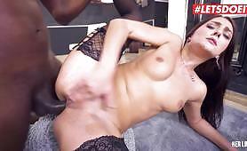 Bintang porno brunette Ceko Katy Rose masih muda yang mengambil ayam hitam besar dengan gaya doggy kasar di pantat saat bayi dari Ceko mendapat anal gadis koboi yang berteriak