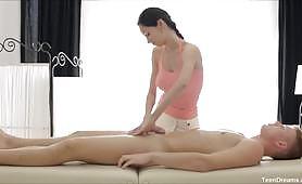 Massage na ngono na wenzi katika tovuti ya ndoto ya vijana. Wana massage nzuri sana na kisha hujazana kwa undani kutoka pande zote na nafasi.